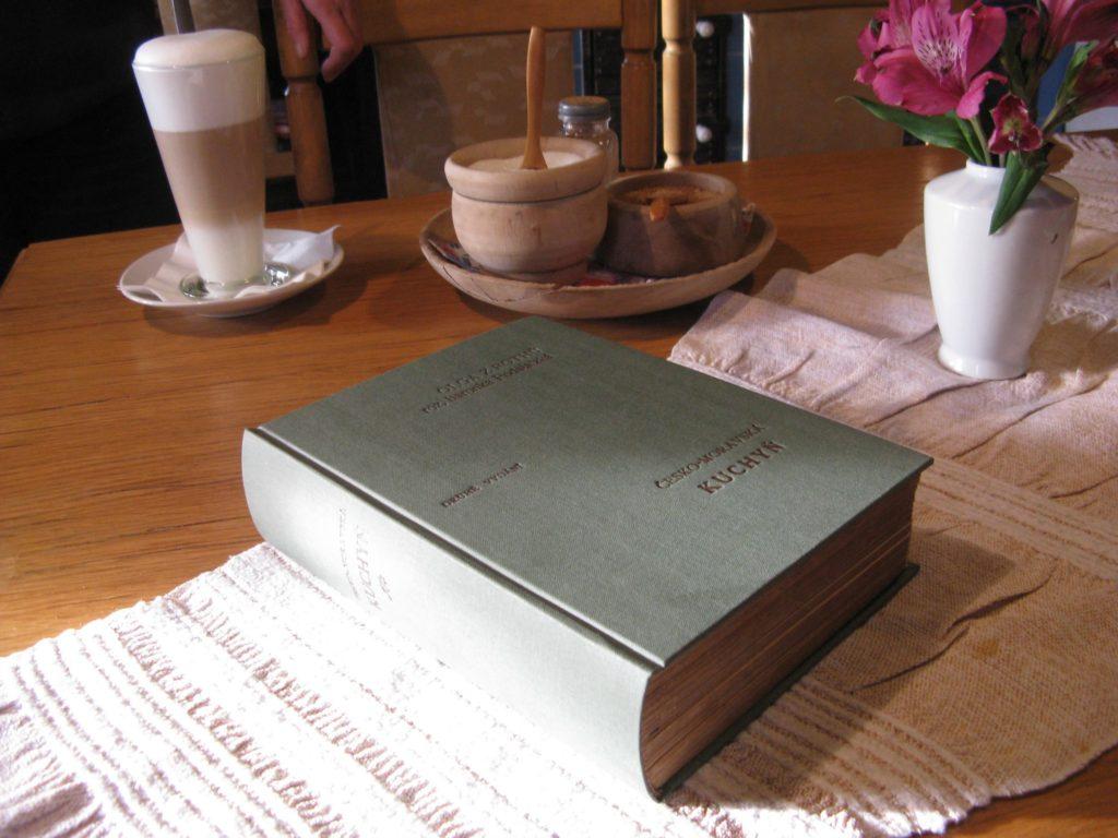 Kuchařská kniha po opravě - převazbě v naší knihařské dílně
