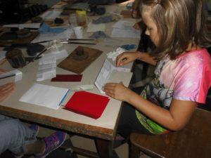 Učíme se knihařství - polepení hřbetu, pak i desek