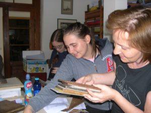 Připrava na lisování svázaných zápisníků