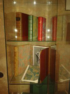 Z výstavky osobnosti v knihách - umělecké knižní vazby Jendy Rajmana